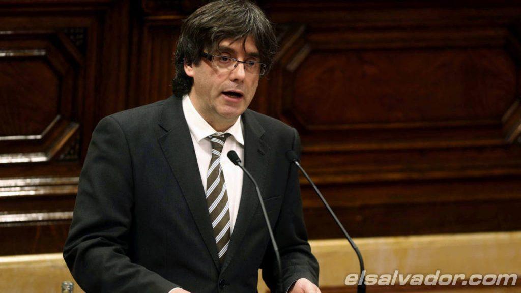 """Presidente de Cataluña declara la """"independencia"""" pero pide diálogo con Gobierno español"""