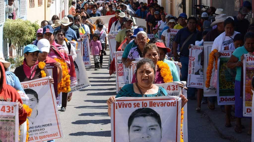Familiares y amigos de los 43 estudiantes desaparecidos de Ayotzinapa