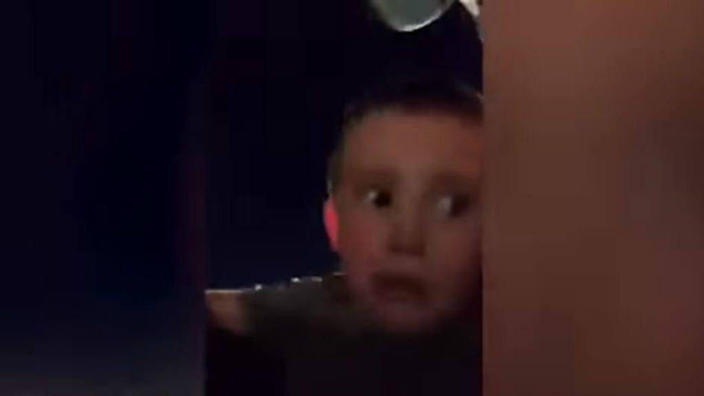 VIDEO: A un niño se le afloja el cinturón de seguridad en una montaña rusa