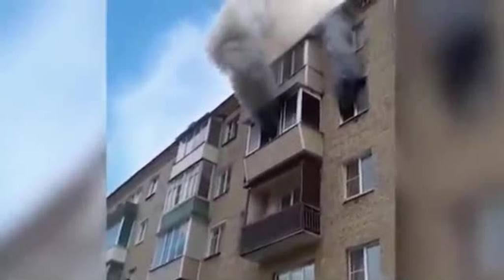 Familia escapa de un edificio en llamas