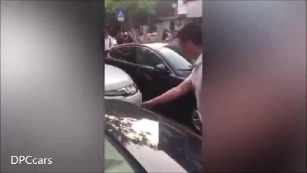 Destroza un Jaguar mal estacionado que obstruía su salida