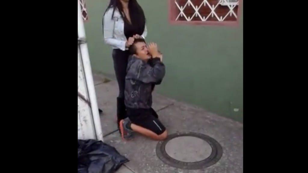 VIDEO: Colombiana desnuda en plena calle a ladrón que intentó robarla