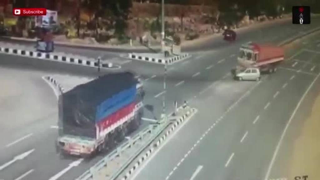 Dos camiones aplastan a pequeño auto en la India