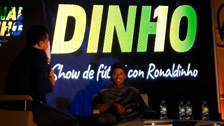 Ronaldinho compartió con salvadoreños en el Palacio de los Deportes