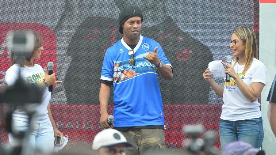 Ronaldinho compartió con niños de El Salvador