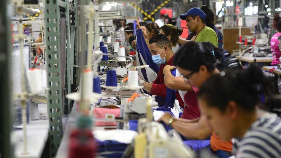 El Salvador atrae solo un tercio de la inversión que logra Honduras