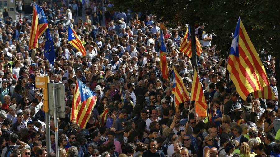 Catalanes manifiestan apoyo al referéndum de independencia