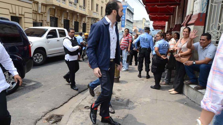 Bukele despide de alcaldía a 11 jefes del FMLN en represalia
