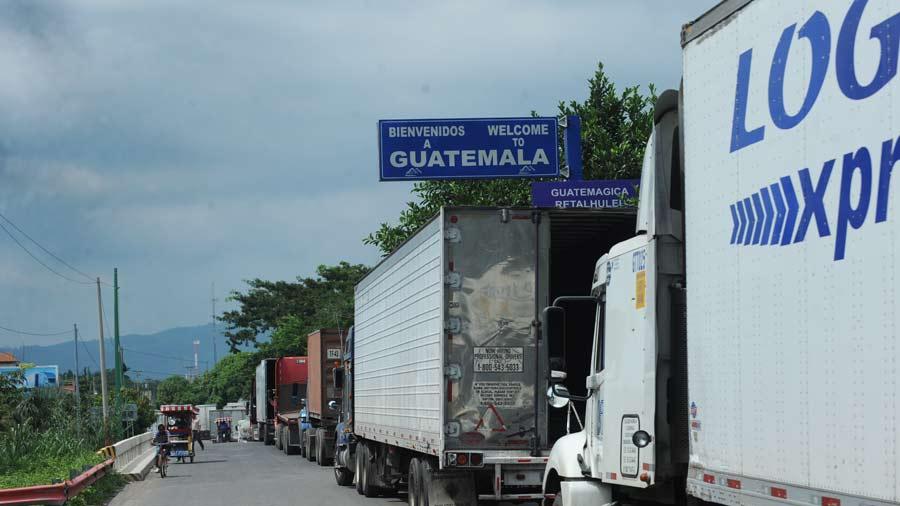 Importadores de vehículos bloquean aduanas entre Guatemala y México