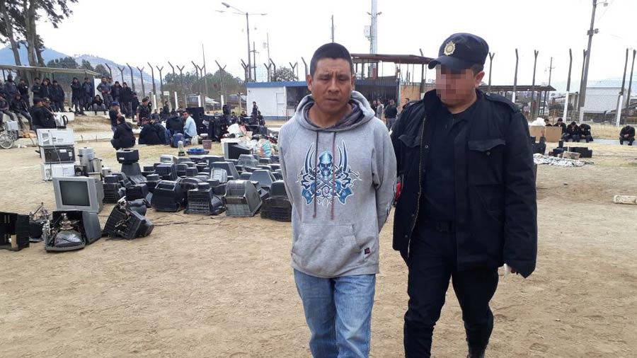Pnc decomisa licor y tel fonos en c rceles de guatemala for Ministerio de seguridad telefonos internos