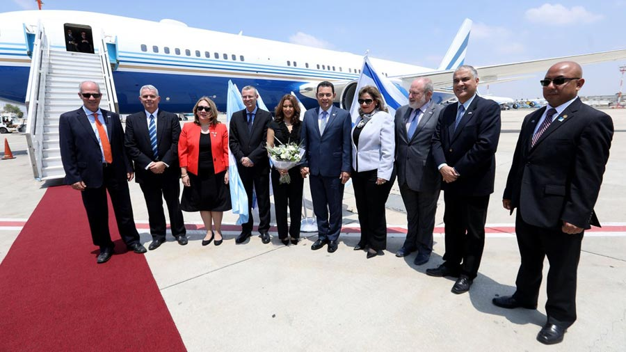 Presidente de Guatemala bajo la lupa por usar avión privado