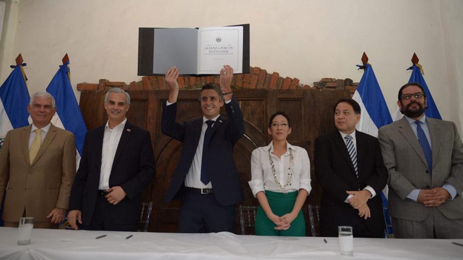 """Partidos sellan """"Alianza por un Nuevo País"""""""