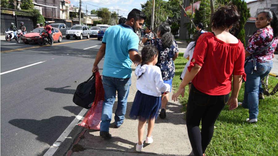 Entre sollozos regresan familias separadas en Estados Unidos a Guatemala