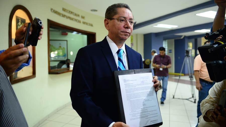 Douglas Meléndez entrega hoja de vida para aspirar a la reelección como Fiscal General