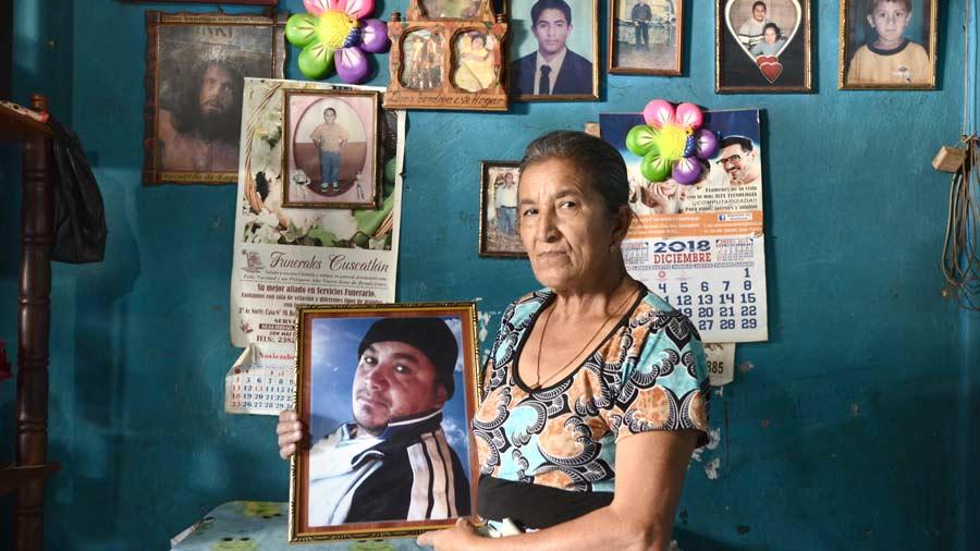 Familias salvadoreñas pagan hasta $14,000 por repatriar los cuerpos de sus muertos en el extranjero
