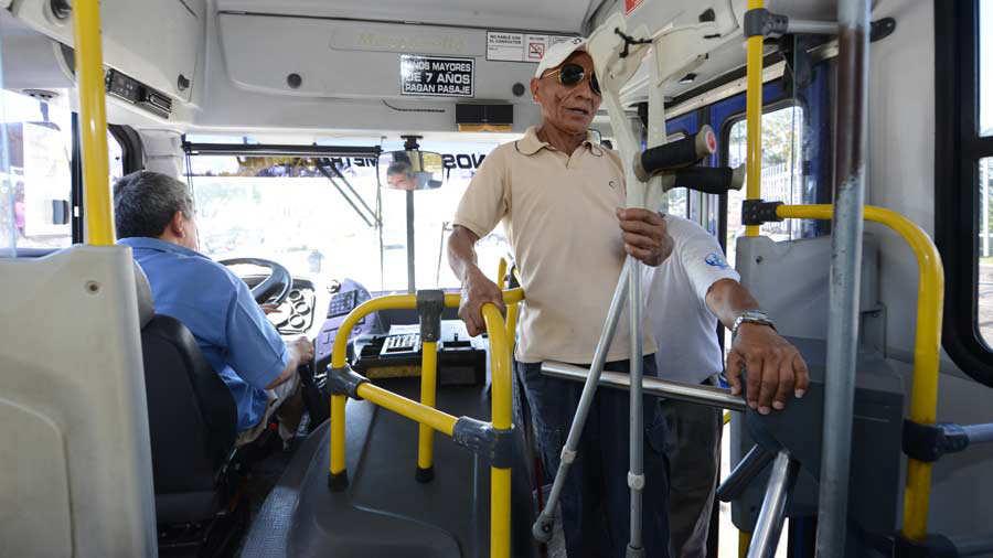 Discapacitados aún viajan en buses hostiles a su condición