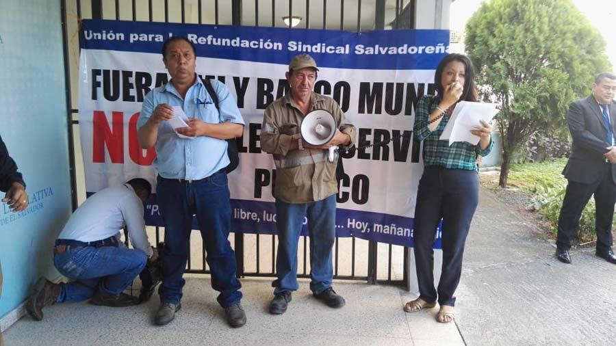 Sindicalistas bloquearon el ingreso de los diputados a la sesión plenaria