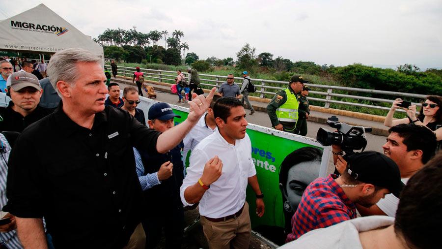 Congresistas de EE. UU. ratifican su apoyo a Guaidó en visita a la frontera